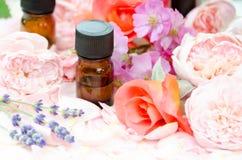 Ουσιαστικά πετρέλαια με τα τριαντάφυλλα και lavender Στοκ Φωτογραφίες