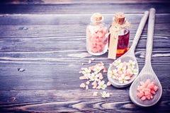 Ουσιαστικό έλαιο μασάζ, άλας θάλασσας και λουλούδια SPA Στοκ Εικόνες