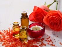 Ουσιαστικό έλαιο, ορυκτά άλατα λουτρών, κερί και λουλούδια Στοκ Εικόνα