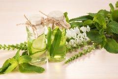 Ουσιαστικό πετρέλαιο και άσπρα λουλούδια για τη SPA Στοκ Εικόνα