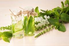 Ουσιαστικό πετρέλαιο και άσπρα λουλούδια για τη SPA Στοκ Φωτογραφία