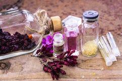Ουσιαστικό πετρέλαιο και herbals στα μπουκάλια γυαλιού Στοκ Φωτογραφίες