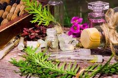 Ουσιαστικό πετρέλαιο και herbals στα μπουκάλια γυαλιού Στοκ Εικόνες
