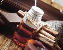 Ουσιαστικό πετρέλαιο με την κανέλα και τη σοκολάτα Στοκ εικόνα με δικαίωμα ελεύθερης χρήσης