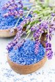 Ουσιαστικό lavender άλας με τη τοπ άποψη λουλουδιών Στοκ Εικόνα