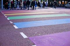 Ουτρέχτη, Κάτω Χώρες, στις 21 Οκτωβρίου 2016: Άνθρωποι που διασχίζουν μια οδό Στοκ Εικόνες