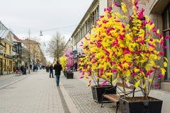 ΟΥΨΑΛΑ, ΣΟΥΗΔΙΑ - 26 Μαρτίου 2016 - άποψη οδών των παραδοσιακών ζωηρόχρωμων φτερών στα δέντρα για τις διακοσμήσεις Πάσχας στην Ου Στοκ εικόνες με δικαίωμα ελεύθερης χρήσης