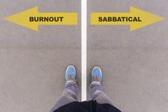 Ουδετεροποίηση ή σαββατικό κείμενο στο έδαφος, τα πόδια και τα παπούτσια ασφάλτου επάνω στοκ εικόνα