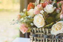 λουλούδια καρτών ανασκόπησης που χαιρετούν τον καθολικό εκλεκτής ποιότητας Ιστό προτύπων σελίδων Στοκ Φωτογραφία