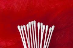 Οφθαλμοί βαμβακιού που απομονώνονται στο κόκκινο υπόβαθρο στοκ εικόνες