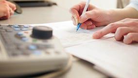 Οφθαλμολογία - ο γιατρός γράφει μια έκθεση της διάγνωσης απόθεμα βίντεο