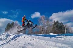 Οχήματα για το χιόνι αθλητικών φυλών Όχημα για το χιόνι στο άλμα επάνω από τη διαδρομή Αθλητικός τύπος στο όχημα για το χιόνι Χει Στοκ εικόνα με δικαίωμα ελεύθερης χρήσης