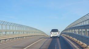 Οχήματα που εισάγουν τη γέφυρα Στοκ Φωτογραφία