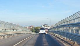 Οχήματα που εισάγουν τη γέφυρα Στοκ φωτογραφίες με δικαίωμα ελεύθερης χρήσης