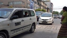 Οχήματα στην οδό σε Yangon, το Μιανμάρ απόθεμα βίντεο