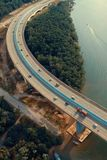 Οχήματα στη γέφυρα στοκ εικόνες