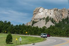 Οχήματα στο δρόμο για να τοποθετήσει Rushmore στοκ φωτογραφίες με δικαίωμα ελεύθερης χρήσης