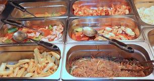 δοχεία χάλυβα στο κινεζικό εστιατόριο με τα πολύ νόστιμα ασιατικά FO Στοκ εικόνα με δικαίωμα ελεύθερης χρήσης