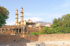 Οχυρό και πύργοι και δεξαμενή νερού σε Pavagadh  Αρχαιολογικό πάρκο στοκ εικόνα με δικαίωμα ελεύθερης χρήσης