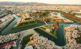 Οχυρό του Hakodate Goryokaku που περιβάλλεται από το άνθος τ καναλιών και κερασιών Στοκ εικόνες με δικαίωμα ελεύθερης χρήσης