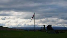 Οχυρό George, Iνβερνές, Ηνωμένο Βασίλειο †«στις 20 Αυγούστου 2017: Βομβαρδίστε και αγγλική σημαία επάνω από τη κυρία είσοδος το απόθεμα βίντεο