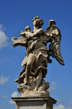 Ο άγγελος παρουσιάζει σημάδι του Ιησού INRI Στοκ Φωτογραφία