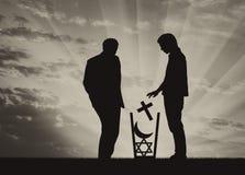 Ο άθεος ατόμων ρίχνει όλες τις θρησκείες στα απορρίμματα Στοκ εικόνα με δικαίωμα ελεύθερης χρήσης