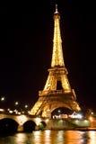 ο Άιφελ φώτισε τον πύργο νύχτας Στοκ εικόνα με δικαίωμα ελεύθερης χρήσης