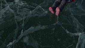 Ο άνδρας γυρίζει τη γυναίκα στον πάγο Ο πατέρας γυρίζει την κόρη του και τη μητέρα της σε έναν πάγο Η οικογένεια έχει τη διασκέδα φιλμ μικρού μήκους