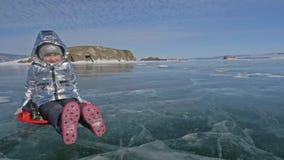 Ο άνδρας γυρίζει τη γυναίκα στον πάγο Ο πατέρας γυρίζει την κόρη του και τη μητέρα της σε έναν πάγο Η οικογένεια έχει τη διασκέδα απόθεμα βίντεο