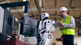 Ο άνδρας εργαζόμενος προωθεί ένα droid και περπατά μακριά φιλμ μικρού μήκους