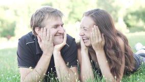 Ο άνδρας και η γυναίκα βρίσκονται στη χλόη μετά από μια αθλητική κατάρτιση απόθεμα βίντεο