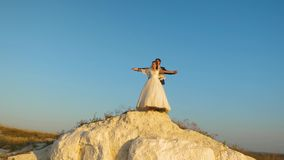 Ο άνδρας και η γυναίκα εραστών αιωρούνται ενάντια στο μπλε ουρανό και το χαμόγελο honeymoon ρωμανικός Σχέση μεταξύ του άνδρα και  φιλμ μικρού μήκους