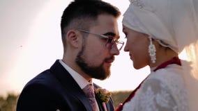 Ο άνδρας και η γυναίκα εραστών είναι ο ένας στον άλλο, πρόσωπα στενά Ο τύπος φιλά το κορίτσι στο μέτωπο και εξετάζει τα μάτια της απόθεμα βίντεο