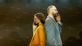 Ο άνδρας και η γυναίκα μιλούν στο τηλέφωνο 01 απόθεμα βίντεο