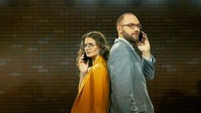 Ο άνδρας και η γυναίκα μιλούν στο τηλέφωνο 02 απόθεμα βίντεο