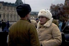 Ο άνδρας και η γυναίκα στις επιμελημένες στρατιωτικές στολές θέτουν για τις φωτογραφίες Στοκ εικόνες με δικαίωμα ελεύθερης χρήσης