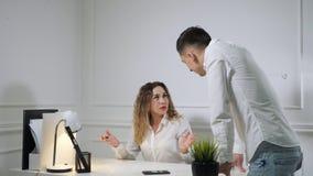 Ο άνδρας και η γυναίκα συναδέλφων μαλώνουν ο ένας με τον άλλον στον εργασιακό χώρο φιλμ μικρού μήκους