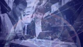 Ο άνδρας και η γυναίκα σύνθεσης αποθηκών εμπορευμάτων που εργάζονται σε μια αποθήκη εμπορευμάτων συνδύασαν με τη ζωτικότητα του t απόθεμα βίντεο