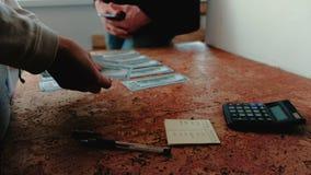 Ο άνδρας και χρήματα αρίθμησης γυναικών και ορκίζονται στενά χέρια επάνω απόθεμα βίντεο