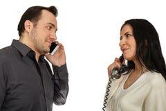 Ο άνδρας με ένα κινητό τηλέφωνο επικοινωνεί με τη γυναίκα με ένα εκλεκτής ποιότητας π Στοκ φωτογραφία με δικαίωμα ελεύθερης χρήσης