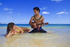 ο άνδρας του παίζει ukulele τις & Στοκ Εικόνες