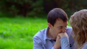 Ο άνδρας φιλά μιας γυναίκας παραδίδει υπαίθριο φιλμ μικρού μήκους