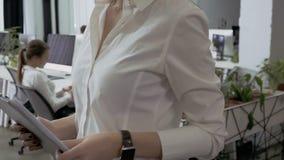 Ο άνδρας ωθεί τη γυναίκα στον ώμο κατά τη διάρκεια της ` s περπατώντας στο γραφείο απόθεμα βίντεο