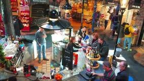 Ο άνετος φραγμός στο χωριό Hundertwasser, Βιέννη, Αυστρία απόθεμα βίντεο
