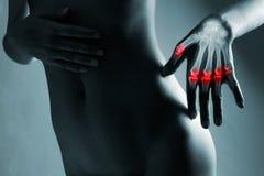 Ο άνθρωπος παραδίδει την ακτίνα X, στο γκρίζο υπόβαθρο Στοκ Εικόνα