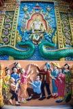 Ο άνθρωπος προσεύχεται με το ναό Θεών στην ΤΑΪΛΑΝΔΗ Στοκ Εικόνες