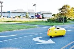Ο άνθρωπος Velomobile τροφοδότησε το γύρο στοκ φωτογραφία με δικαίωμα ελεύθερης χρήσης