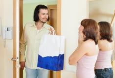 Ο άνδρας ήρθε στη γυναίκα με ένα θαυμάσιο δώρο στο σπίτι Στοκ Εικόνες