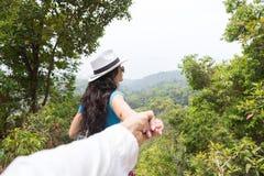 Ο άνδρας λαβής γυναικών παραδίδει τον όμορφο βουνών τουρίστα ζεύγους τοπίων πίσω οπισθοσκόπο, νέο στοκ φωτογραφία με δικαίωμα ελεύθερης χρήσης